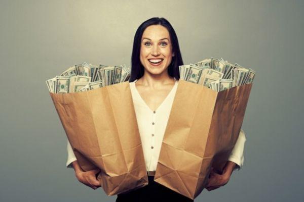 женщина с большими деньгами