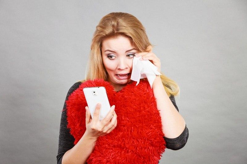 Женщина читает переписку мужа и любовницы и плачет